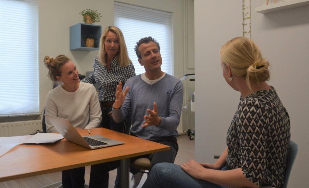 Meekijkconsult orthopedie orthopeed, fysiotherapeut en eigen huisarts bespreken samen met een patient de rontgenfoto